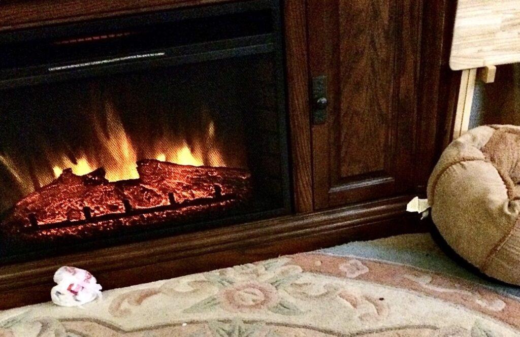 Efekt płomienia w kominku elektrycznym